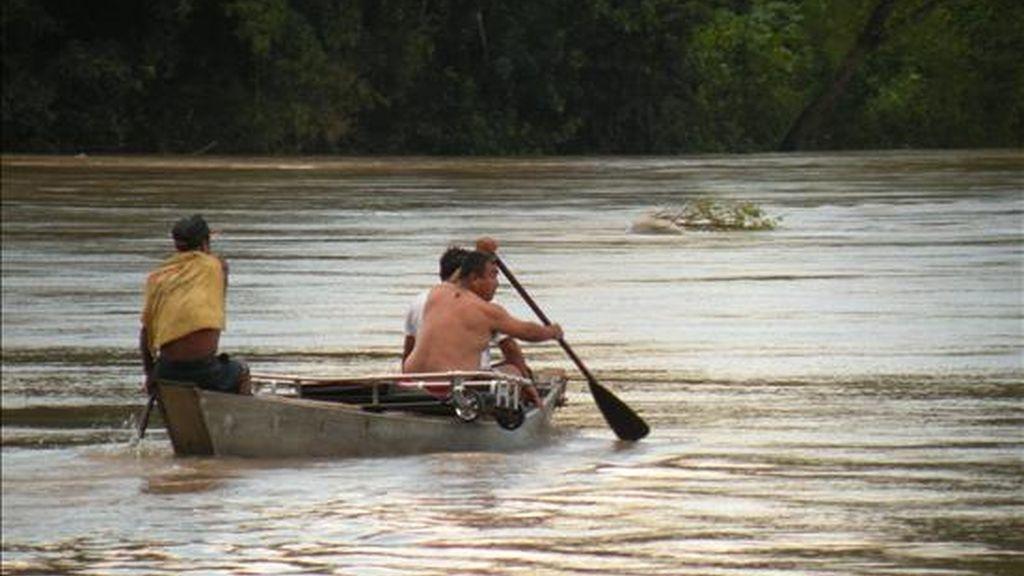 Grupos de rescate de México participan en la búsqueda de tres españoles que continúan desaparecidos, tras el accidente cuando una barca se volcó en el río Tampaón, en el estado mexicano de San Luis Potosí (centro). EFE