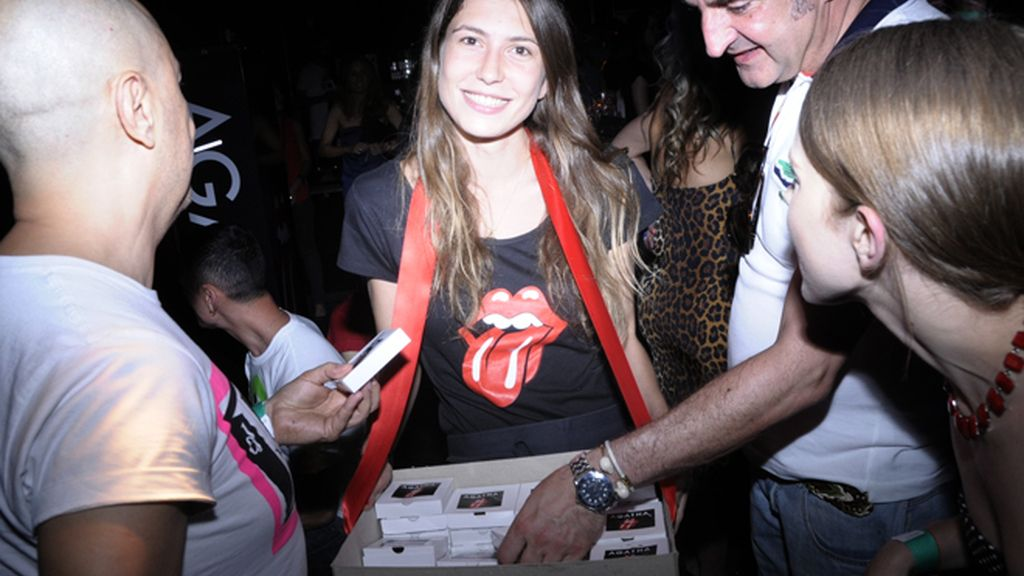 La azafata Nerea Pérez-Pla sirviendo el catering, que corrió a cargo de Caritina Goyanes