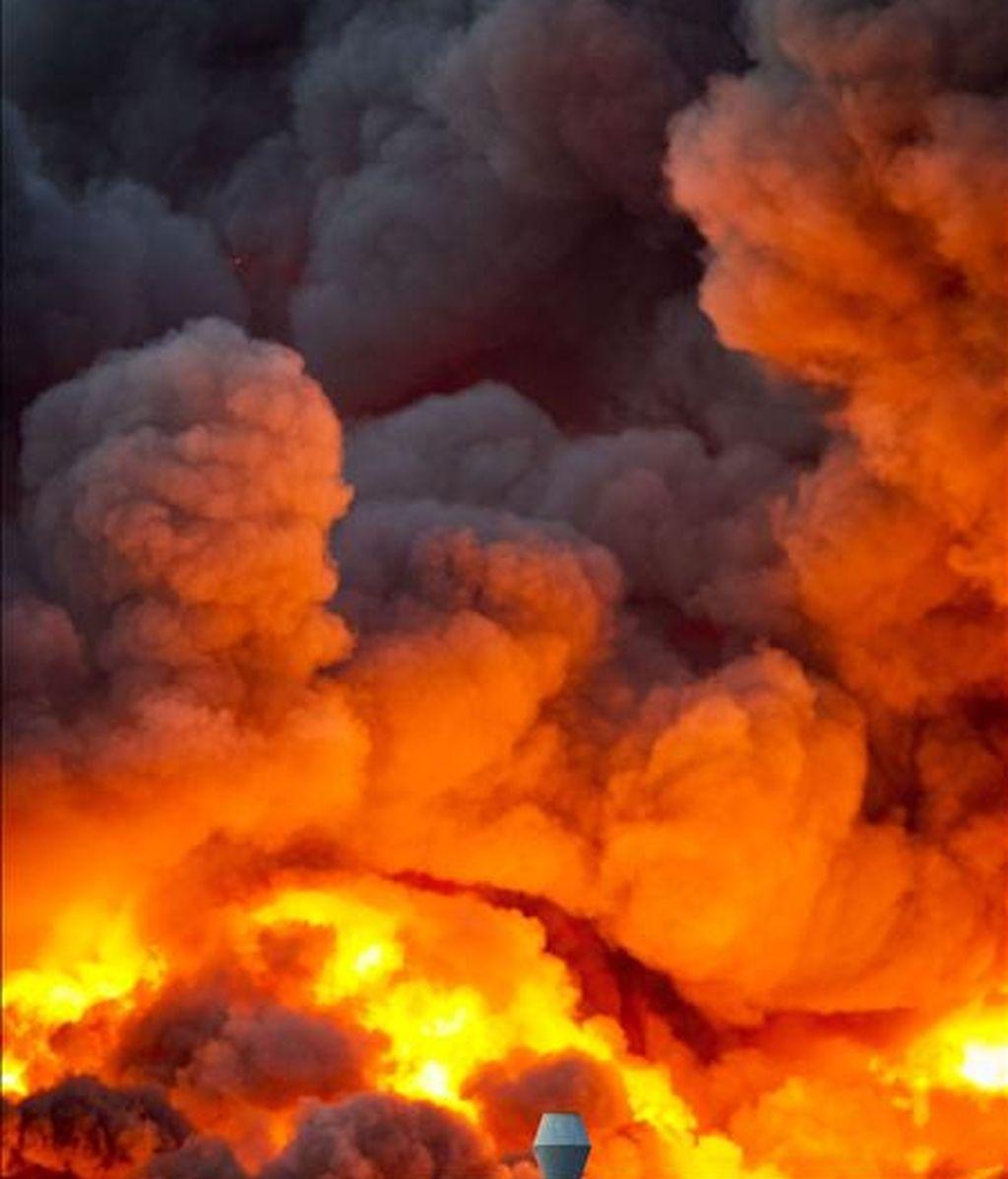 Llamas del incendio en la planta química Chemie-Pack, ubicada en la zona industrial de Moerdijk, cerca de Rotterdam, en Holanda, hoy. EFE