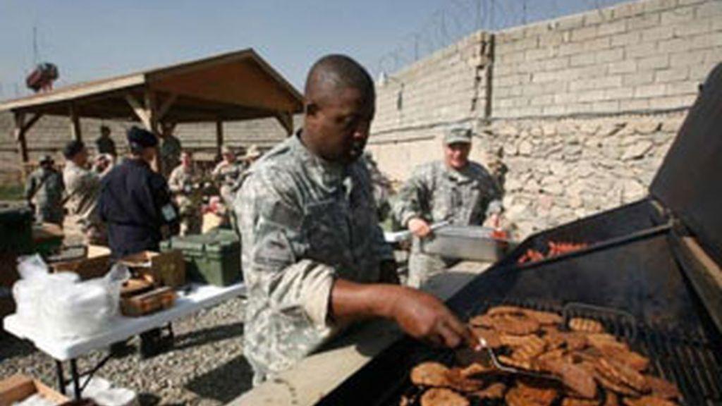 Un soldado americano destinado en Afganistán prepara unas hamburguesas. Foto: AP