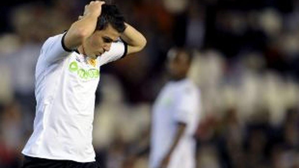 El delantero del Valencia CF, David Villa, se lleva las manos a la cabeza tras dar en el poste su lanzamiento. Foto: EFE