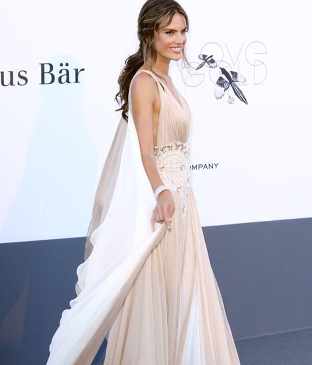 Alessandra Ambrosio, con vestido de corte griego