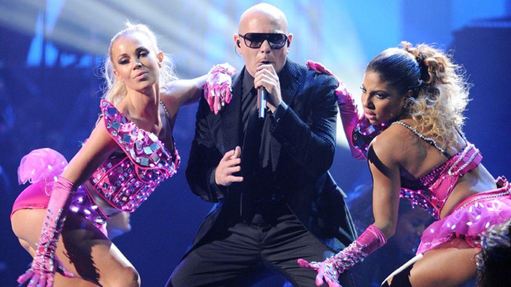 Pitbull estuvo bien rodeado en su actuación