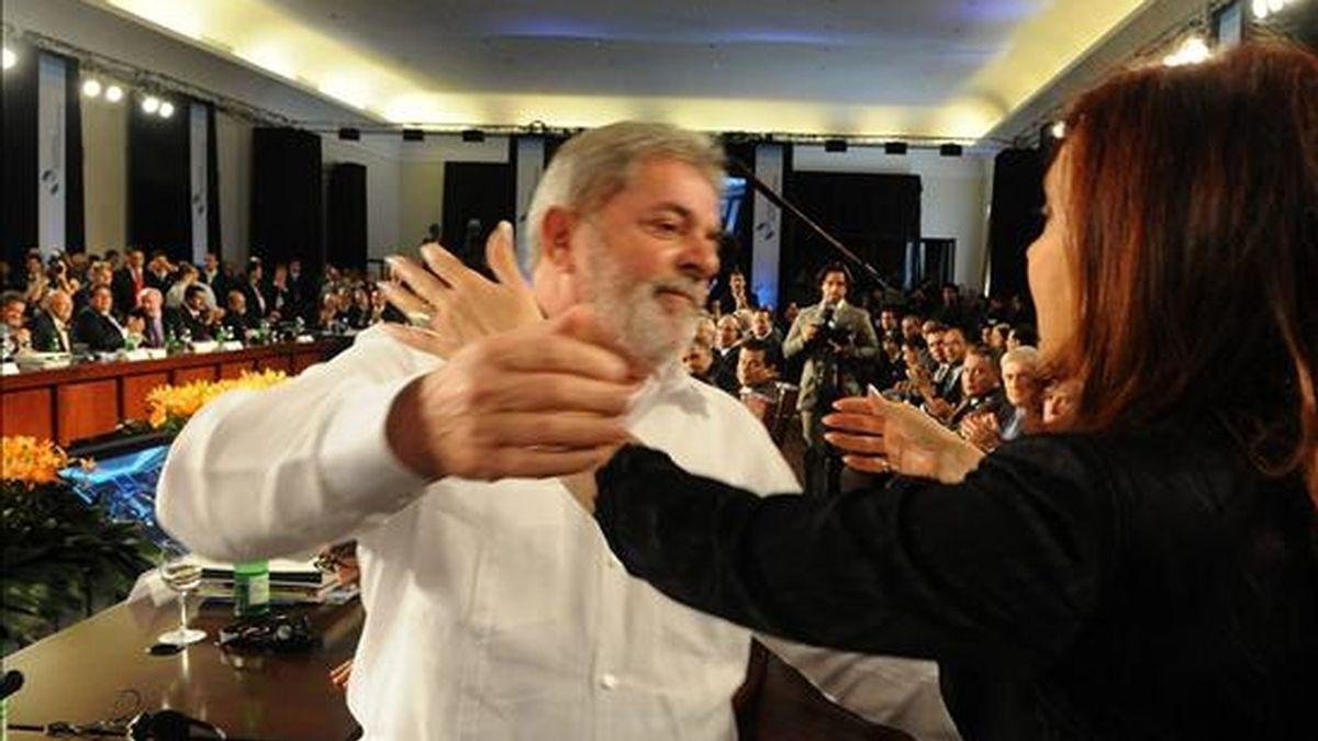 Fotografía cedida por la Presidencia de Argentina que muestra al presidente de Brasil, Luiz Inácio Lula da Silva (i), mientras saluda a su homóloga argentina, Cristina Fernández (d), durante la XX Cumbre Iberoamericana que se celebra en Mar del Plata (Argentina). EFE