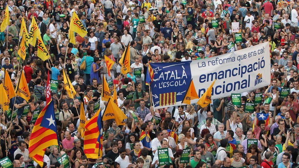 Cientos de manifestantes ante en la plaza de Sant Jaume de Barcelona en defensa del modelo de inmersión lingüística en las escuelas catalanas