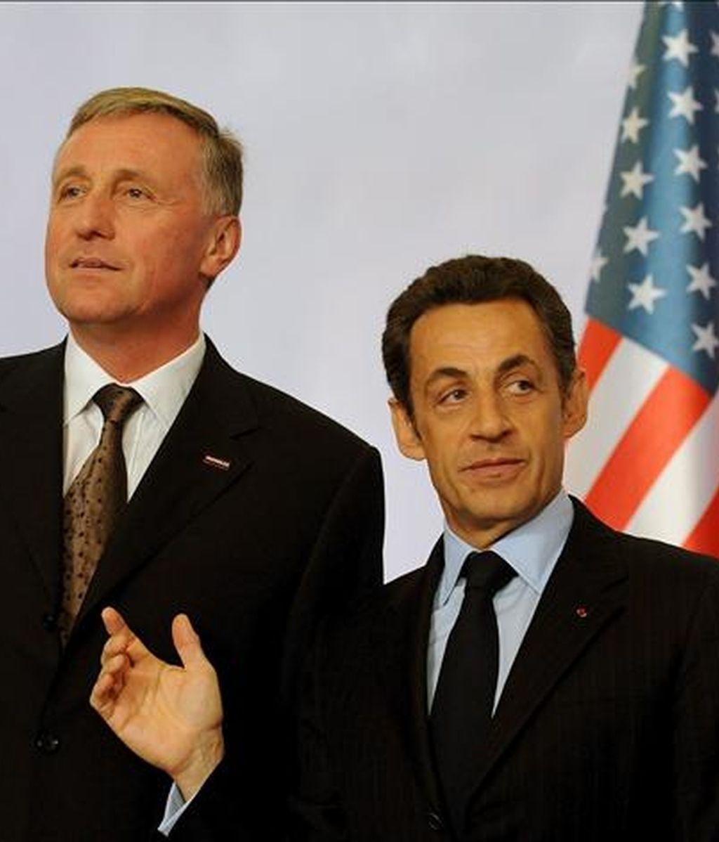 El presidente francés, Nicolas Sarkozy (d), y su homólogo checo y presidente del Consejo Europeo, Mirek Topolanek, posan hoy para los fotógrafos antes del inicio de la cumbre informal UE-EEUU, en Praga, República Checa. EFE