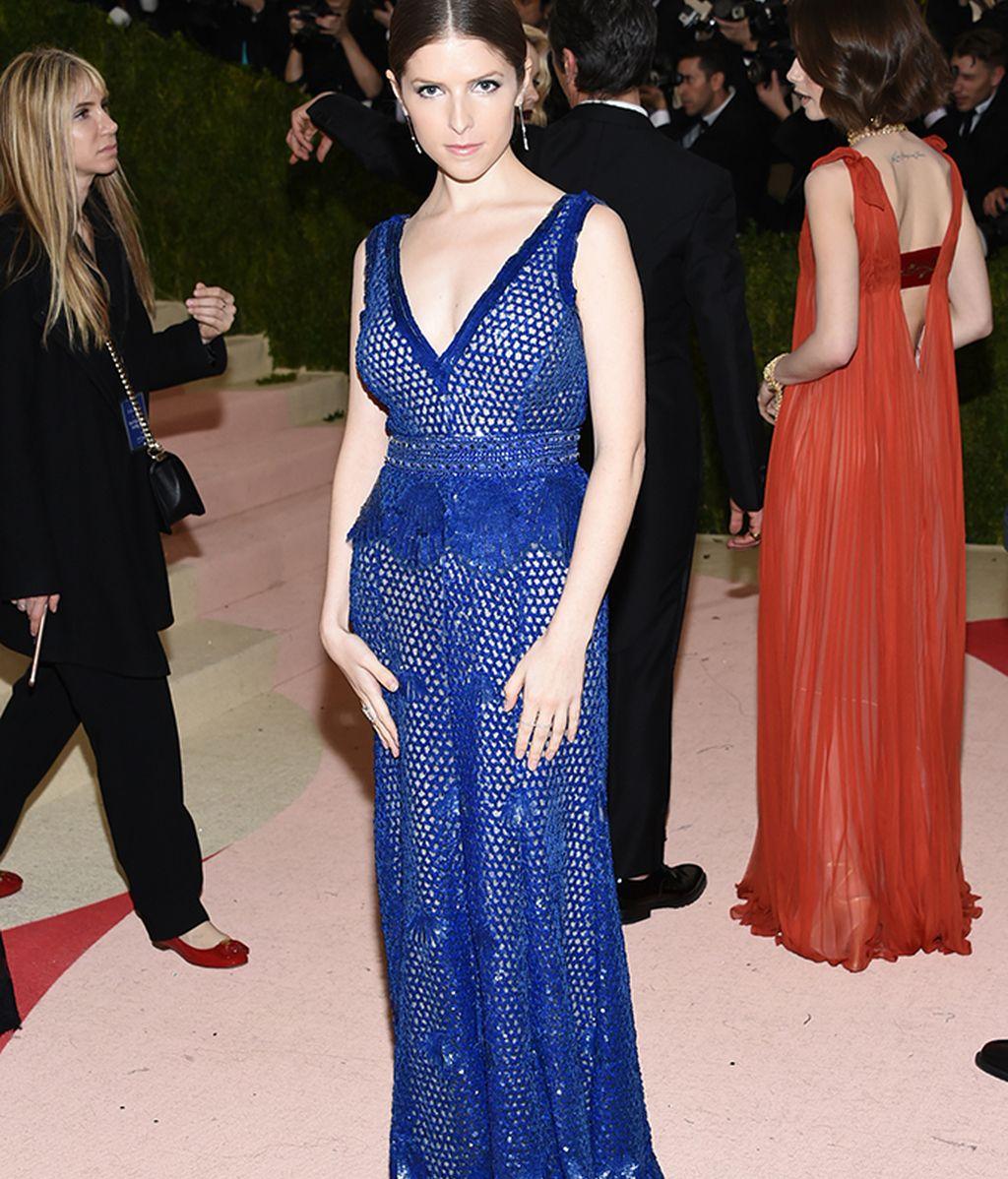 Anna Kendrick con vestido de Derek Lam