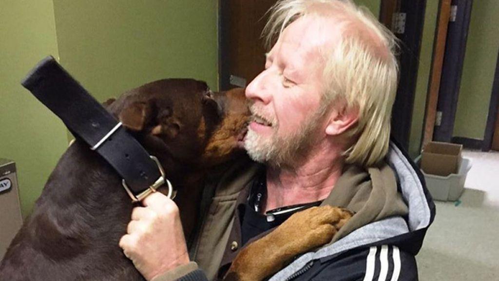 Un hombre se reencuentra con su perro tras estar tres años desaparecido