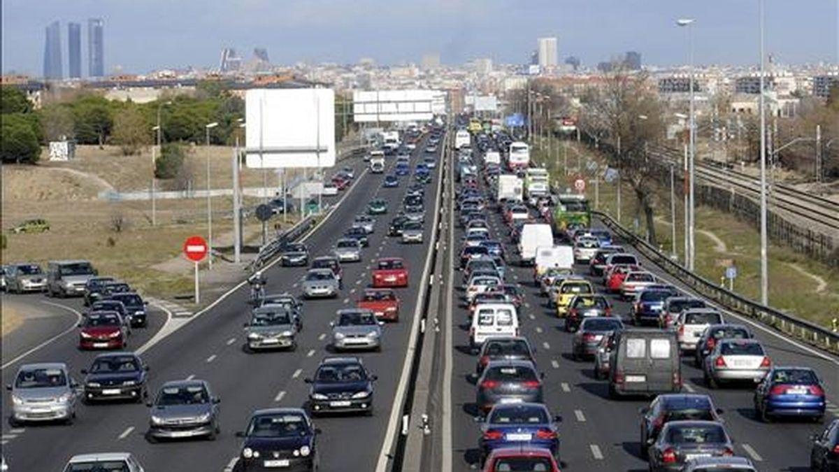 Un atasco en la autovía A-5, a la salida de Madrid. EFE/Archivo