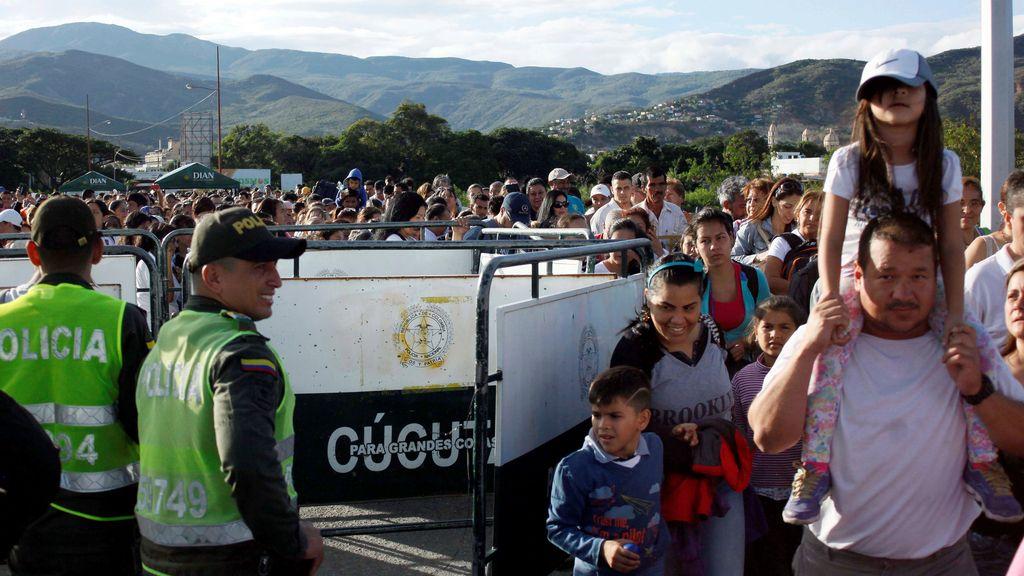 Venezolanos cruzan a Colombia