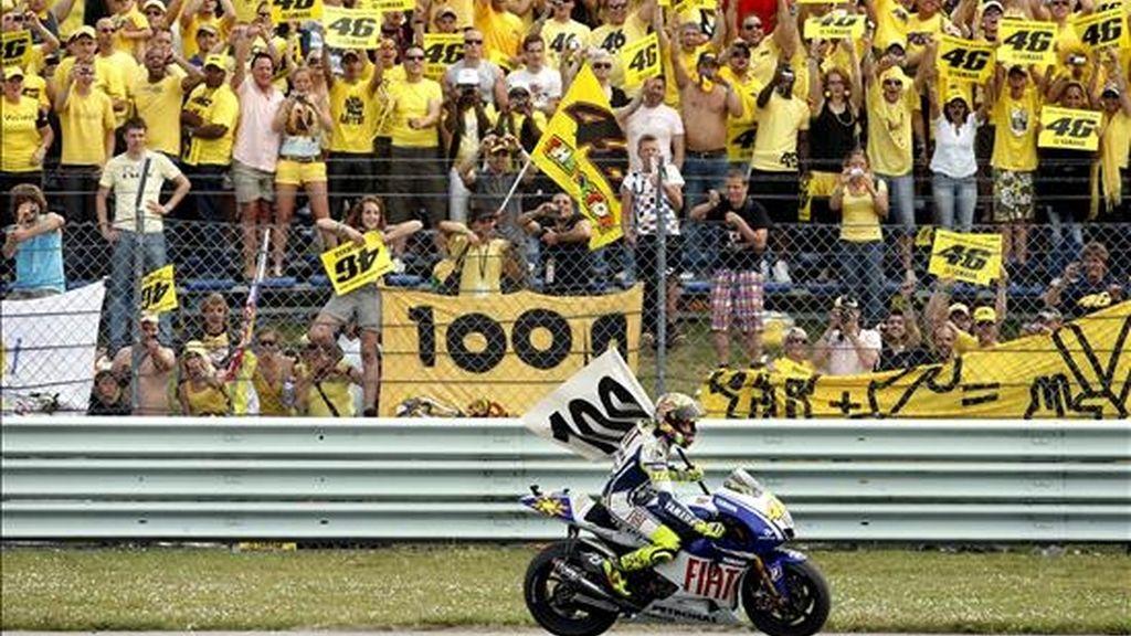 El italiano Valentino Rossi celebra su victoria en el Gran Premio de Holanda. EFE