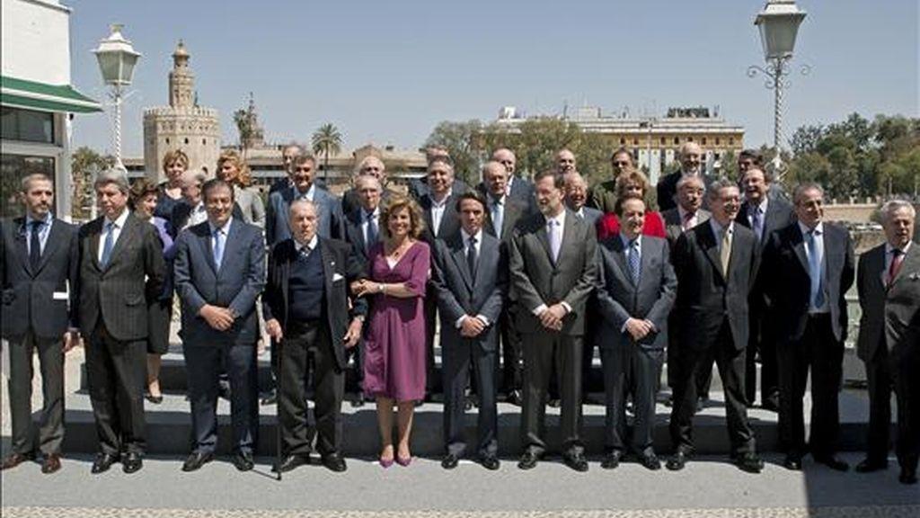 Foto de familia del ex presidente del Gobierno José María Aznar (c), su esposa, Ana Botella, el presidente del Partido Popular, Mariano Rajoy (c-d) y demás integrantes de la primera ejecutiva que le acompañó al frente del PP hace veinte años, hoy en Sevilla. EFE
