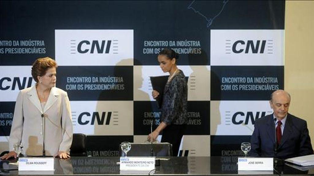 En una consulta anterior, difundida por el Ibope el pasado 3 de julio, los candidatos Rousseff (i) y Serra (d) aparecían empatados con un 39% de las intenciones de voto, mientras que Silva (c) ocupaba el tercer puesto con el 10%. EFE/Archivo