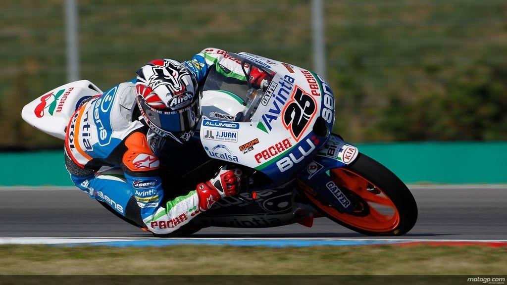 Maverick Viñales vuela sobre el asfalto de Brno en los libres de Moto3