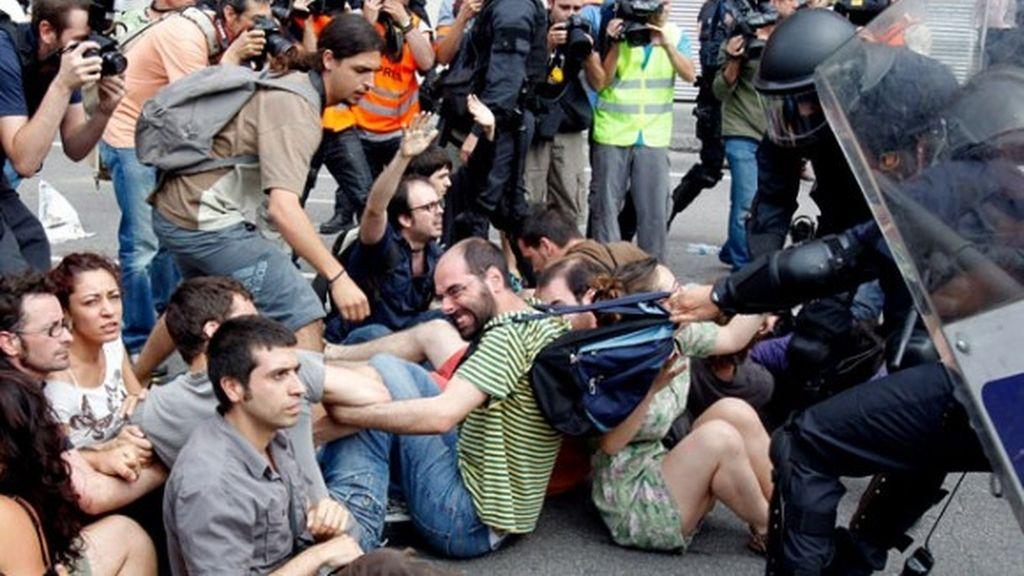 Los Mossos d'Esquadra actúan contra los indignados en Plaza Cataluña