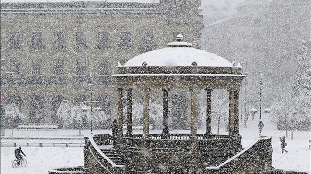Aspecto que presentaba esta mañana la Plaza del Castillo de Pamplona durante la intensa nevada que ha caído sobre la capital navarra. EFE