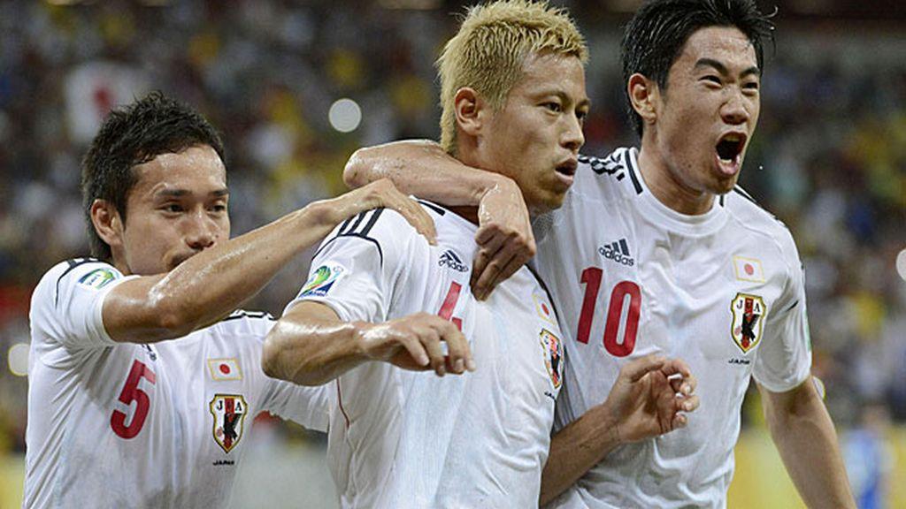 Honda celebra uno de los goles ante Italia