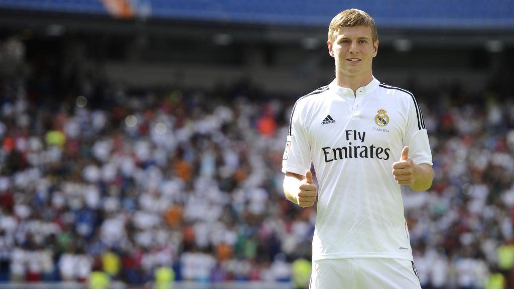 Toni Kroos, posa feliz con la elástica del conjunto blanco en el césped del Bernabéu