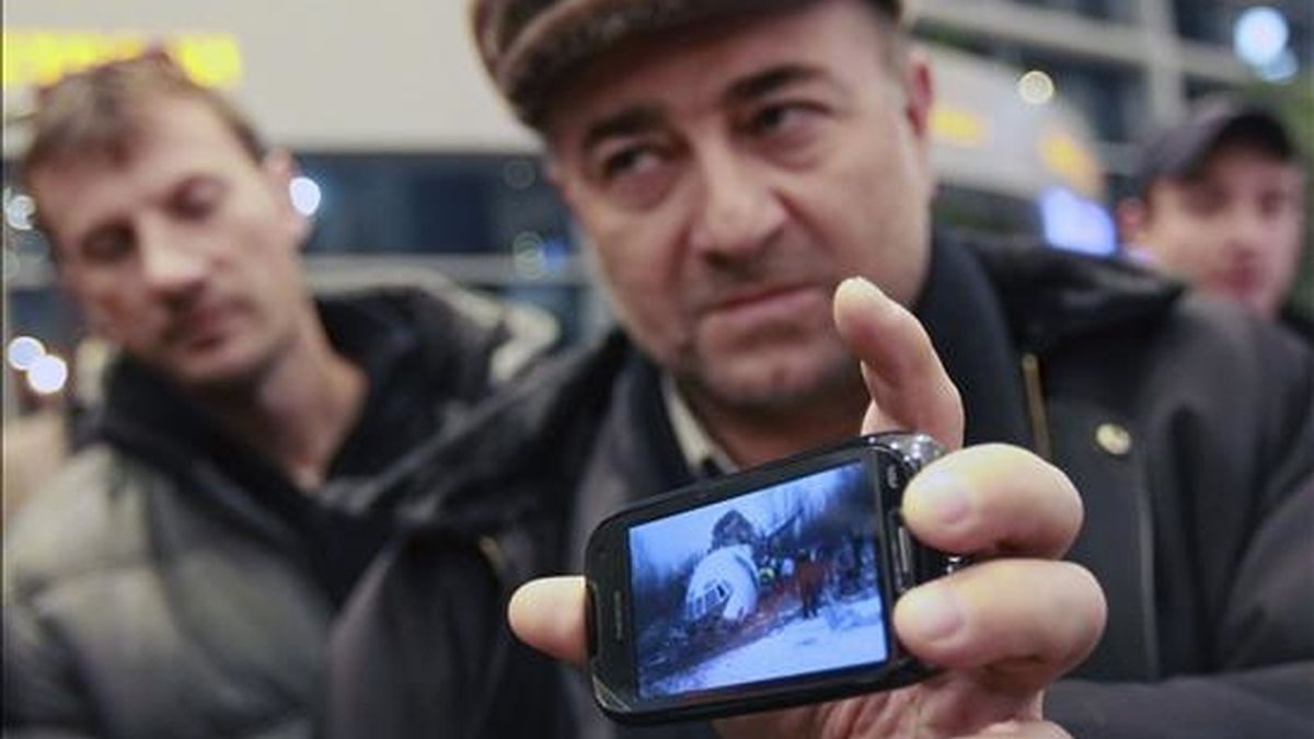 Magomed Magomed, un superviviente del accidente de avión en el que han fallecido dos personas y varias decenas se encuentran heridas, muestras las imágenes de la nave tras el aterrizaje de emergencia, en el aeropurto de Domodédovo, Moscú, Rusia. EFE