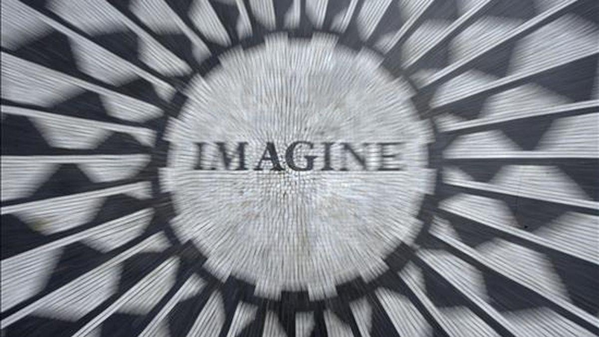 En la imagen, el conocido Strawberry Fields memorial de Central Park, en Nueva York. Mañana se celebrará el 30º aniversario del asesinato del Beatle John Lennon. EFE/Archivo