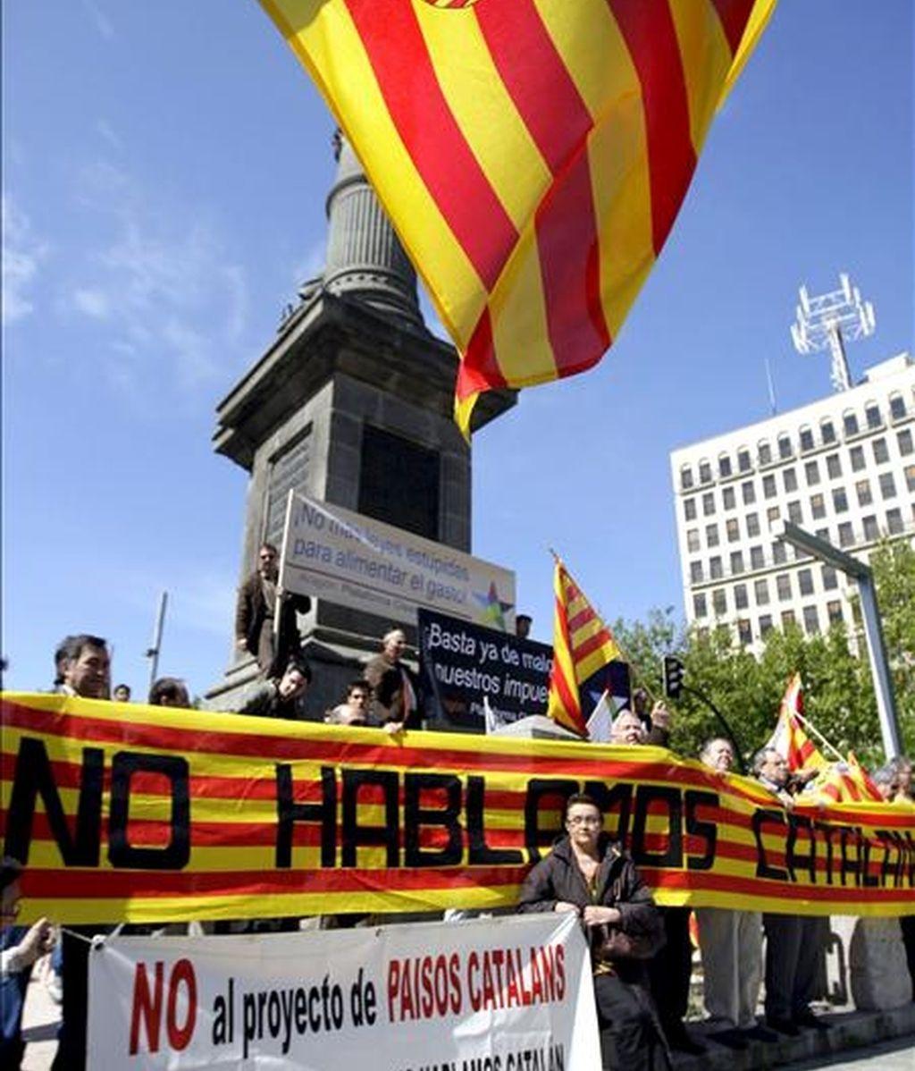 """La Plataforma No Hablamos Catalán, se ha manifestado hoy por el centro de Zaragoza bajo el lema """"No a la imposición del catalán en Aragón"""". EFE"""