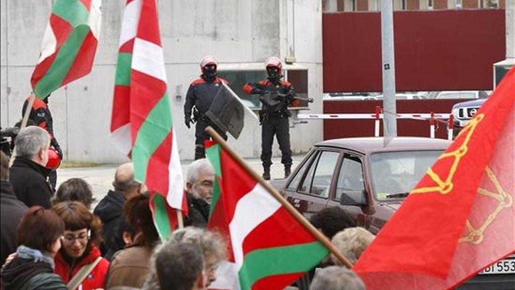 Una veintena de personas de la izquierda abertzale se concentraron el pasado día 30 ante la cárcel de Basauri, en Vizcaya, de cara a mostrar su adhesión a la manifestación convocada para el 8 de enero en Bilbao. EFE/Archivo