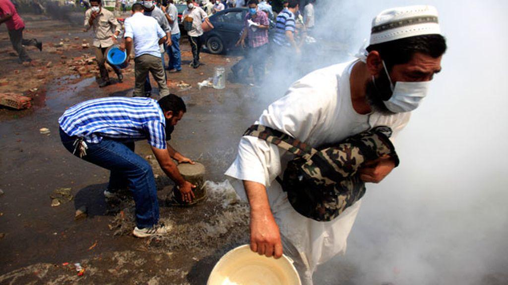 Intentan respirar a pesar de los gases lacrimógenos