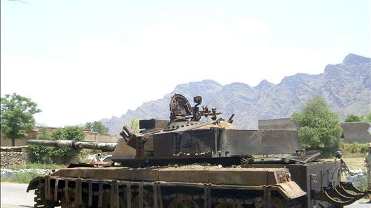 Un tanque del Ejército paquistaní destruido por insurgentes. EFE/Archivo