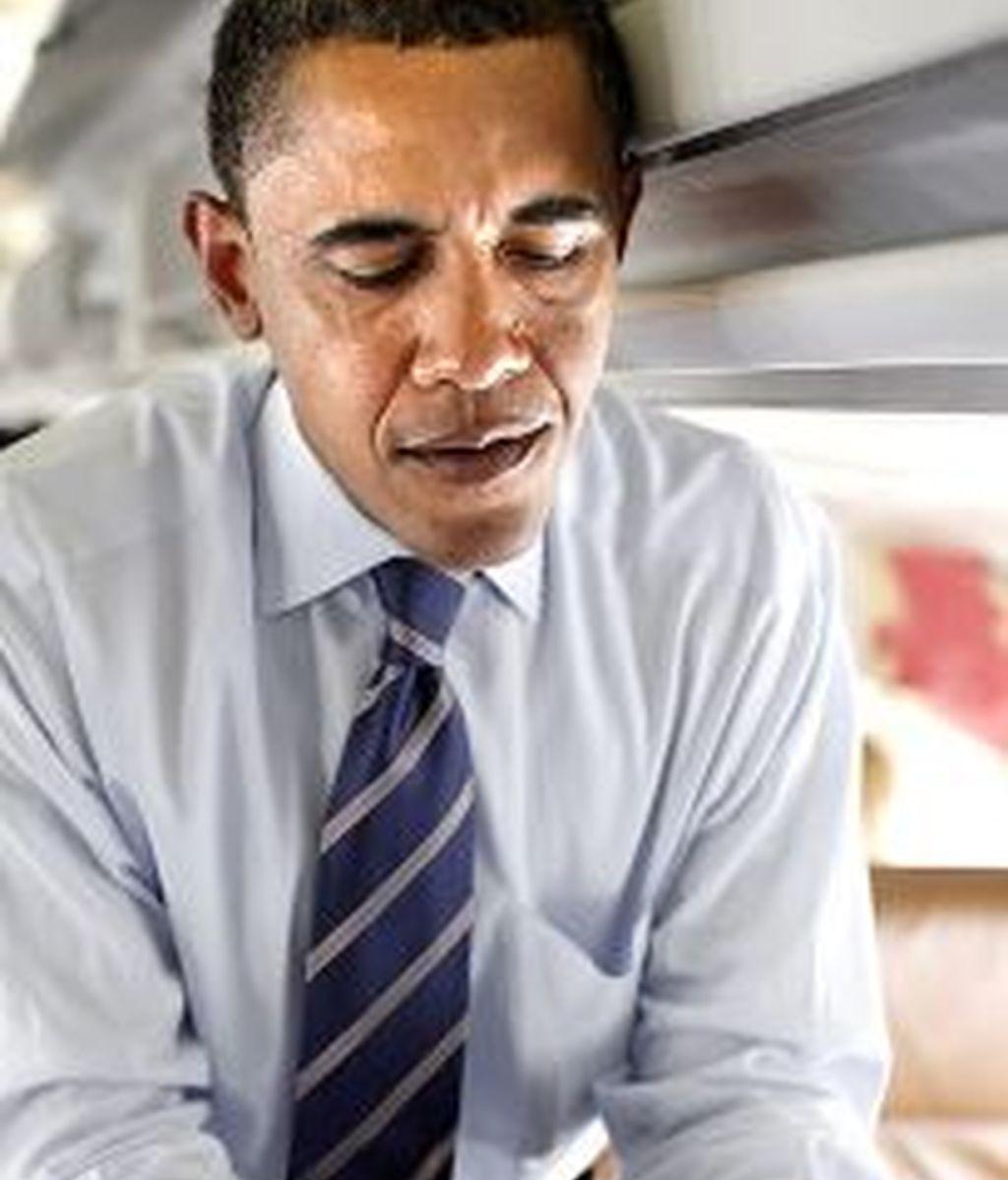 Barack Obama con su Blackberry durante su campaña electoral, impulsa un proyecto para implantar un ID para los usuarios de internet. Foto archivo AP
