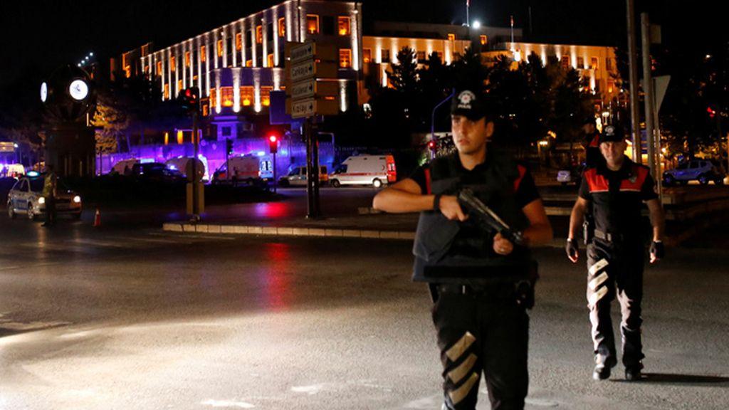 El primer ministro de Turquía denuncia un golpe militar en curso contra su Gobierno