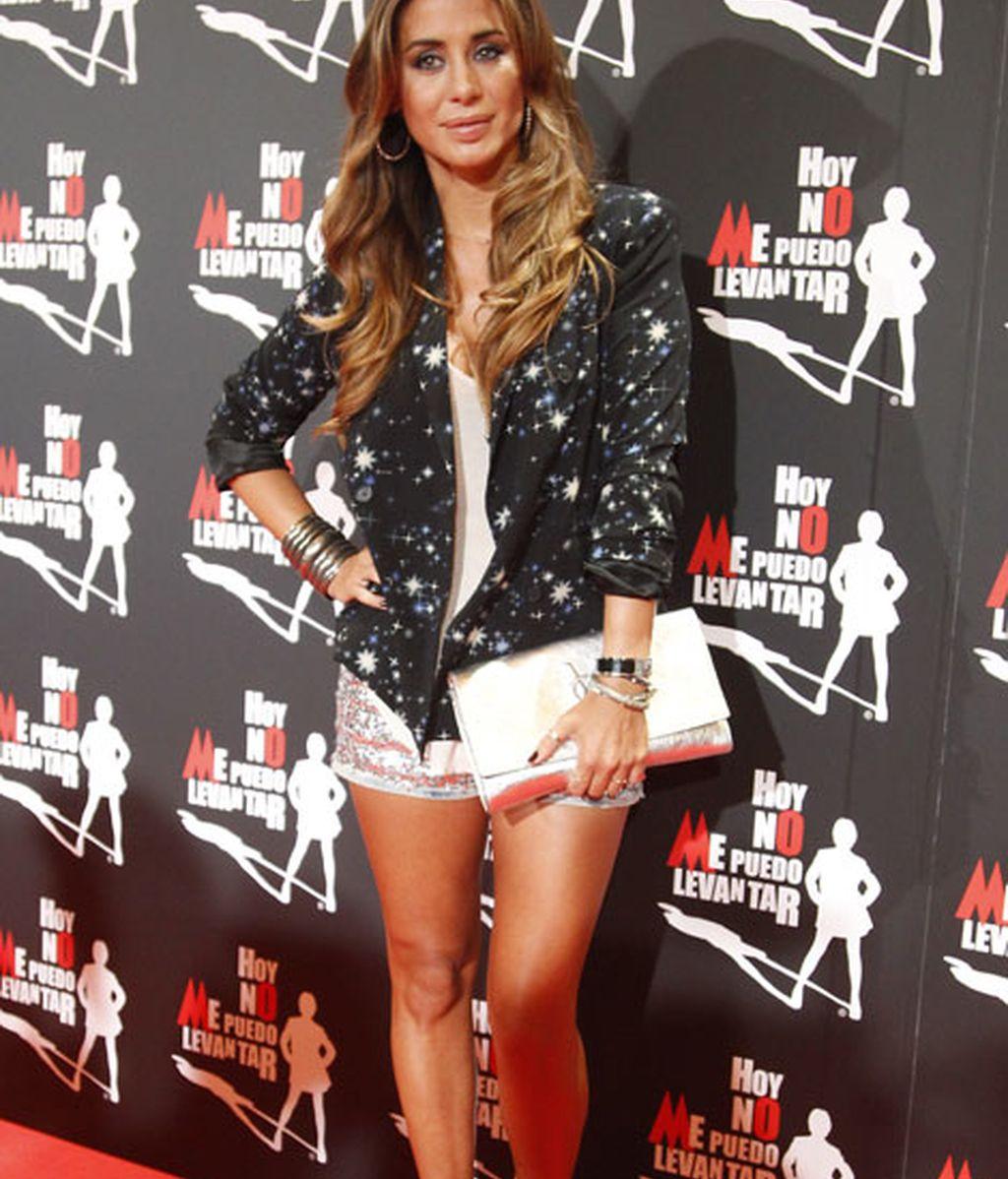 Elena Tablada llevó un vestido beige con brillos y una chaqueta de estrellas
