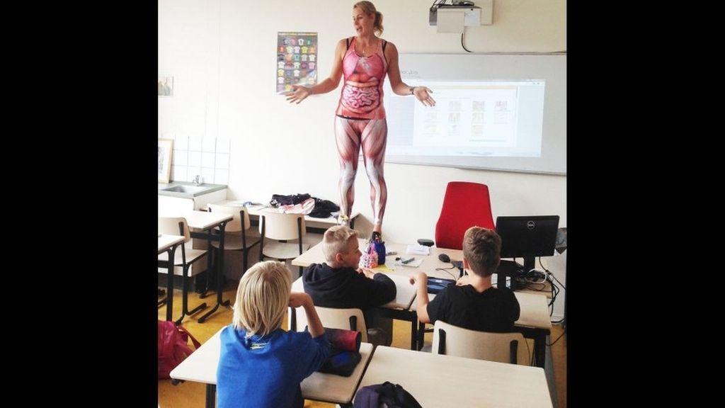 Una profesora enseña anatomía a sus alumnos con un disfraz