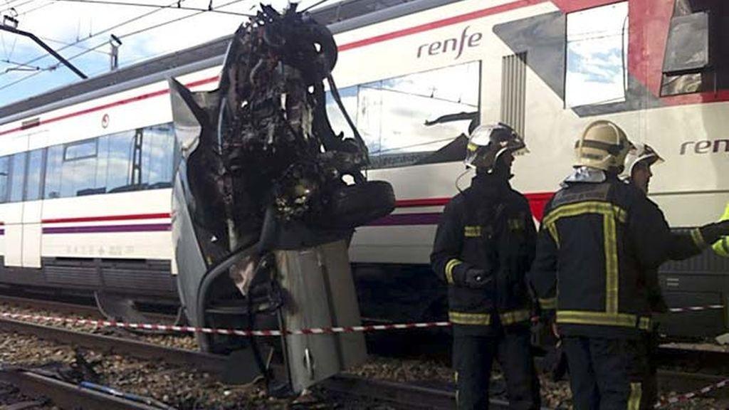 Un coche cae a la vía del tren y deja dos heridos leves