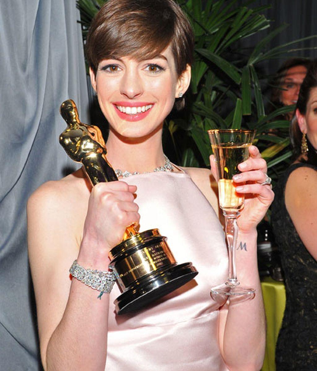 Anne Hathaway brinda por su Oscar