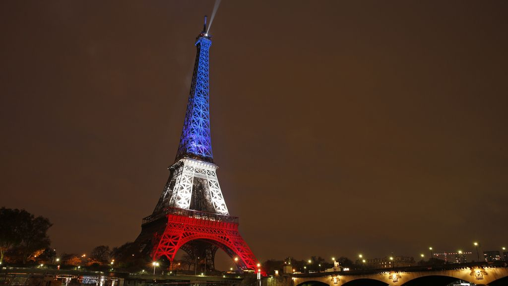 La Torre Eiffel, iluminada tras los ataques terroristas en la capital francesa