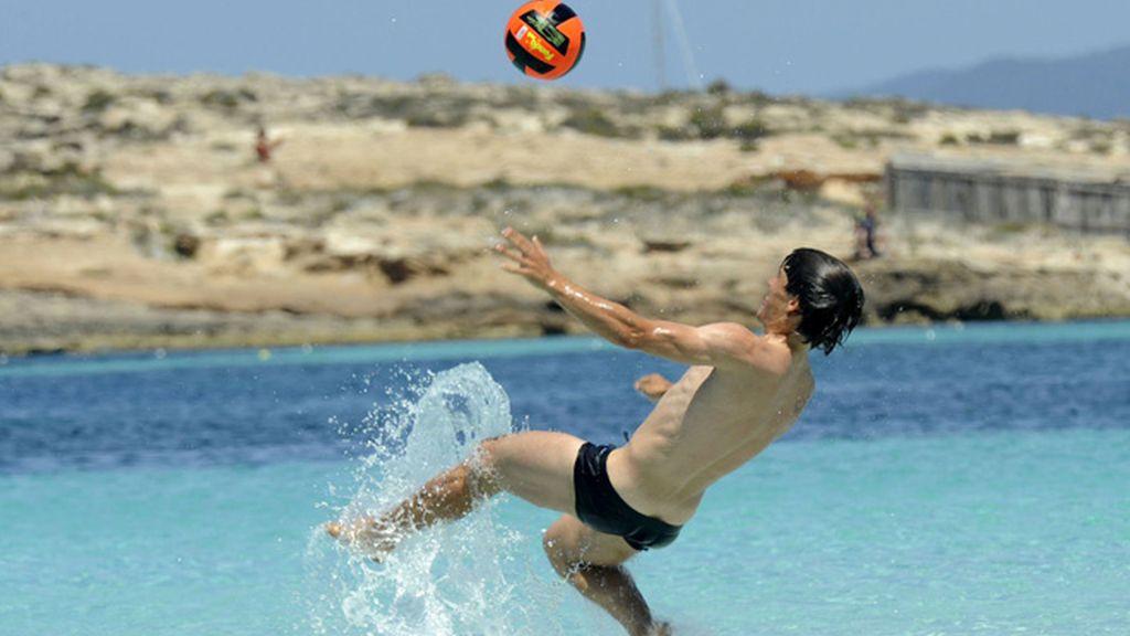 Bojan anhela volver a jugar con España... tomando el sol en buena compañía