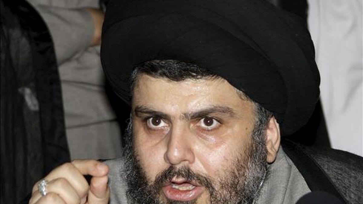 El influyente clérigo radical chií iraquí Muqtada al Sadr habla con los medios tras una reunión con el ex primer ministro iraquí Ayad Alaui, líder de la coalición vencedora en las elecciones iraquíes, en Damasco (Siria), el lunes 19 de julio de 2010. EFE/Archivo