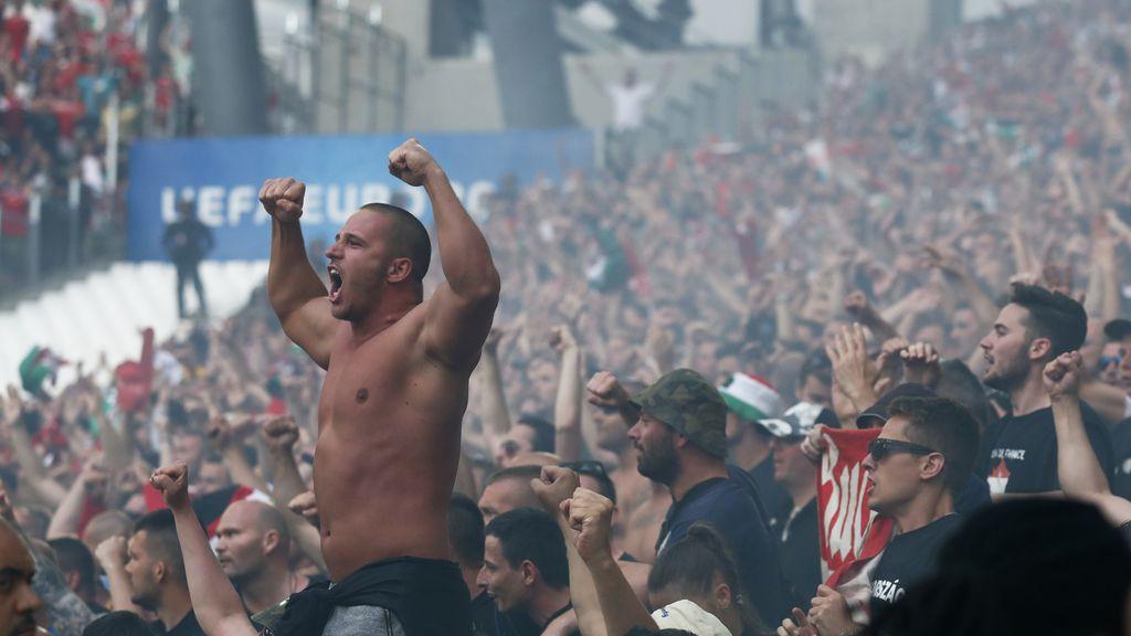 Los hooligans húngaros hacen ruido en el estadio (18/06/2016)