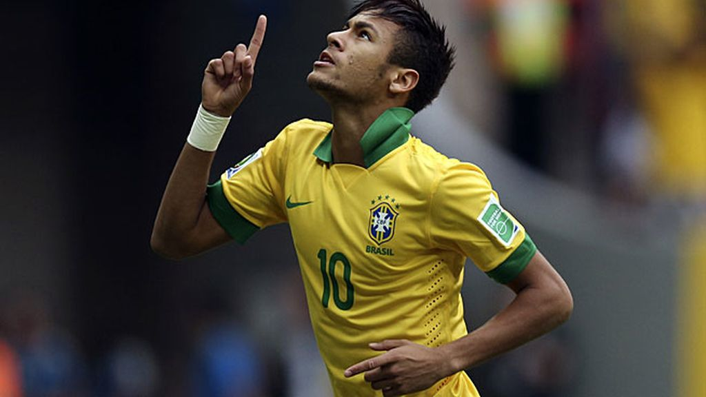 Neymar señala al cielo tras marcar