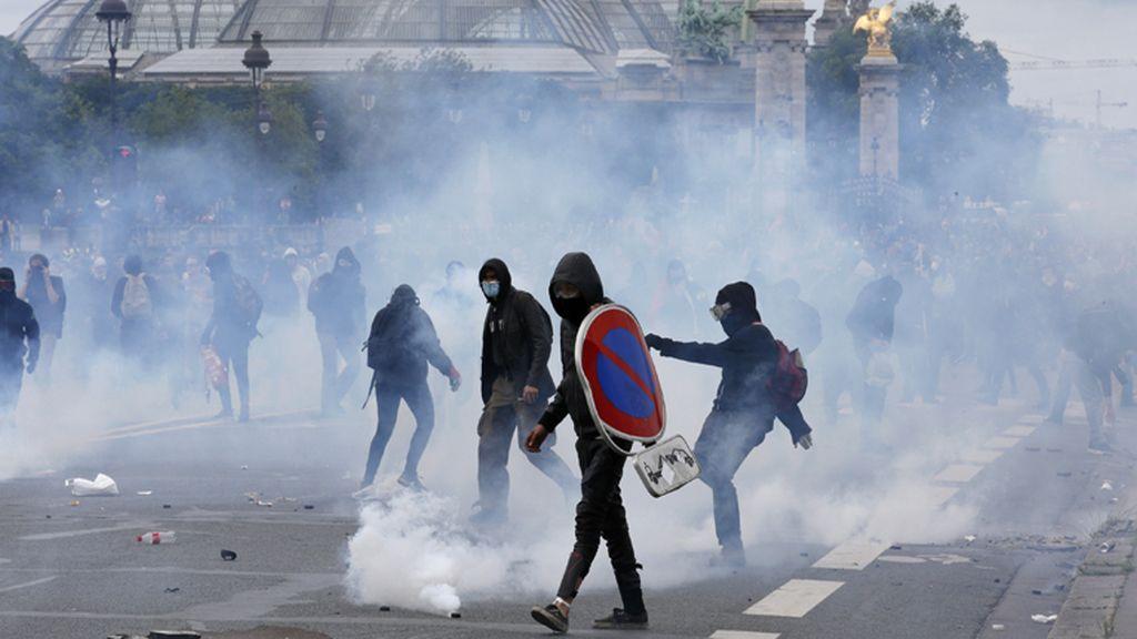 Medio centenar de detenidos y 40 heridos en la protesta por la reforma laboral en París
