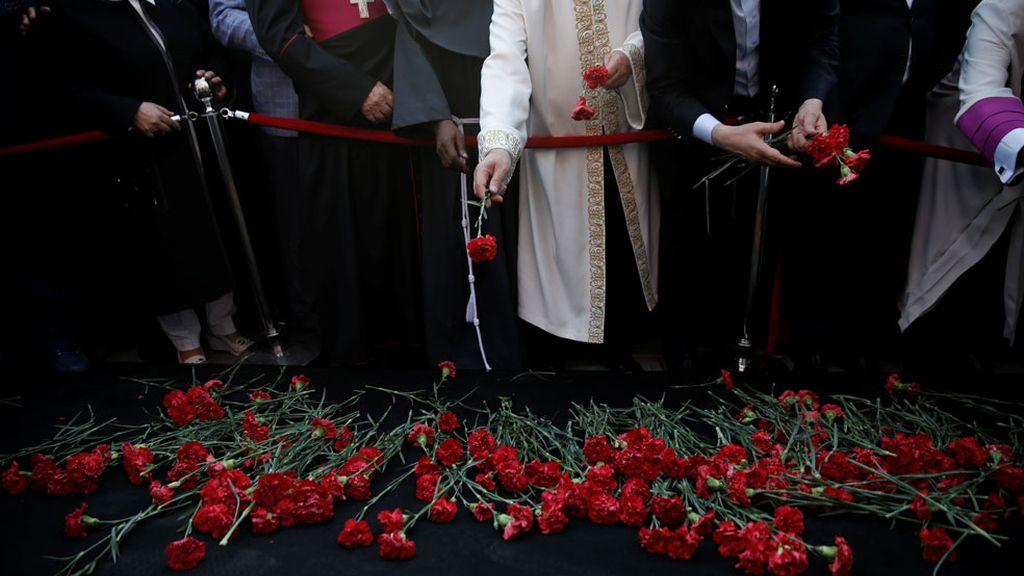 Representantes políticos y religiosos durante la ceremonia en honor a las víctimas civiles y policiales de Turquía