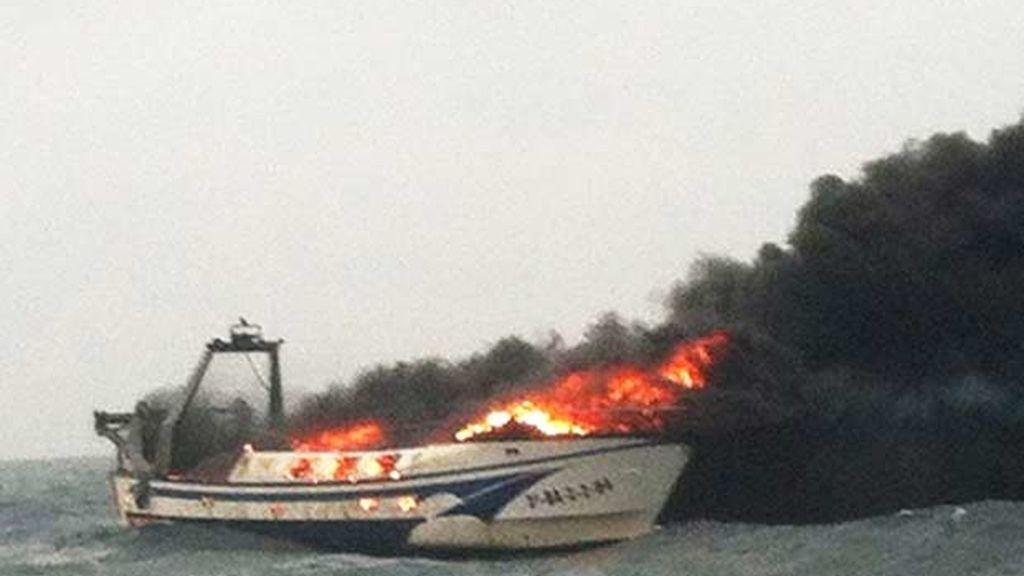 Un muerto en el incendio de un pesquero frente a la costa de Barcelona