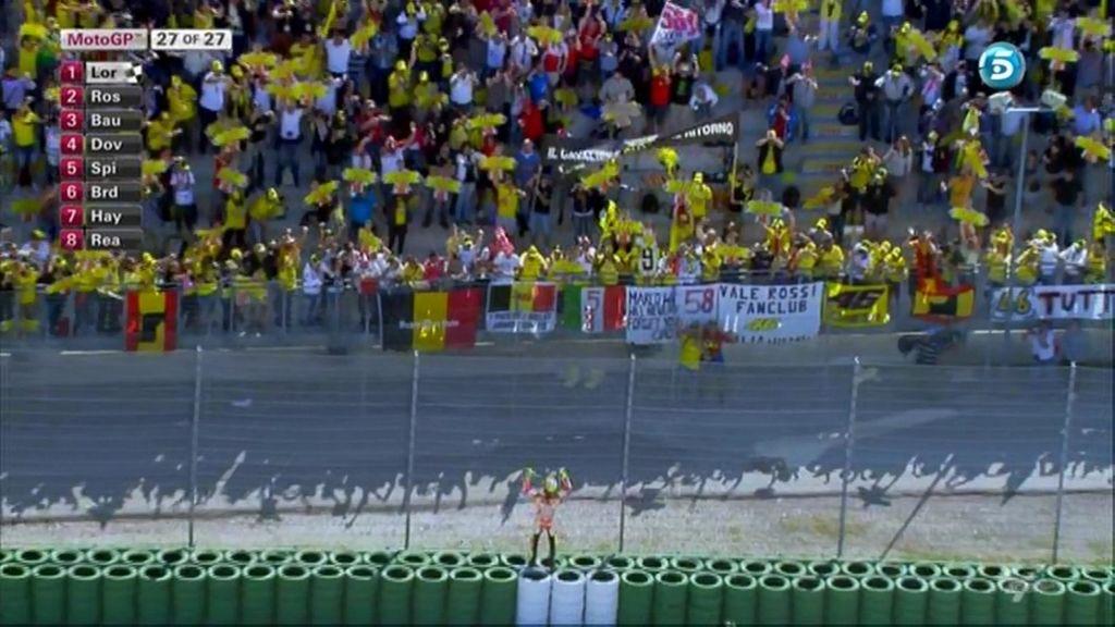 Rossi anima a sus aficionados desde el otro lado de la valla