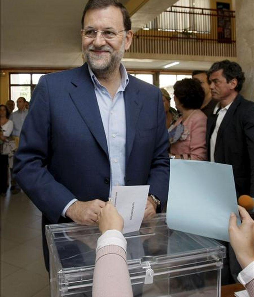 El presidente del Partido Popular, Mariano Rajoy, ejerce su derecho al voto para las elecciones al Parlamento Europeo en el colegio Bernardette, de Madrid. EFE
