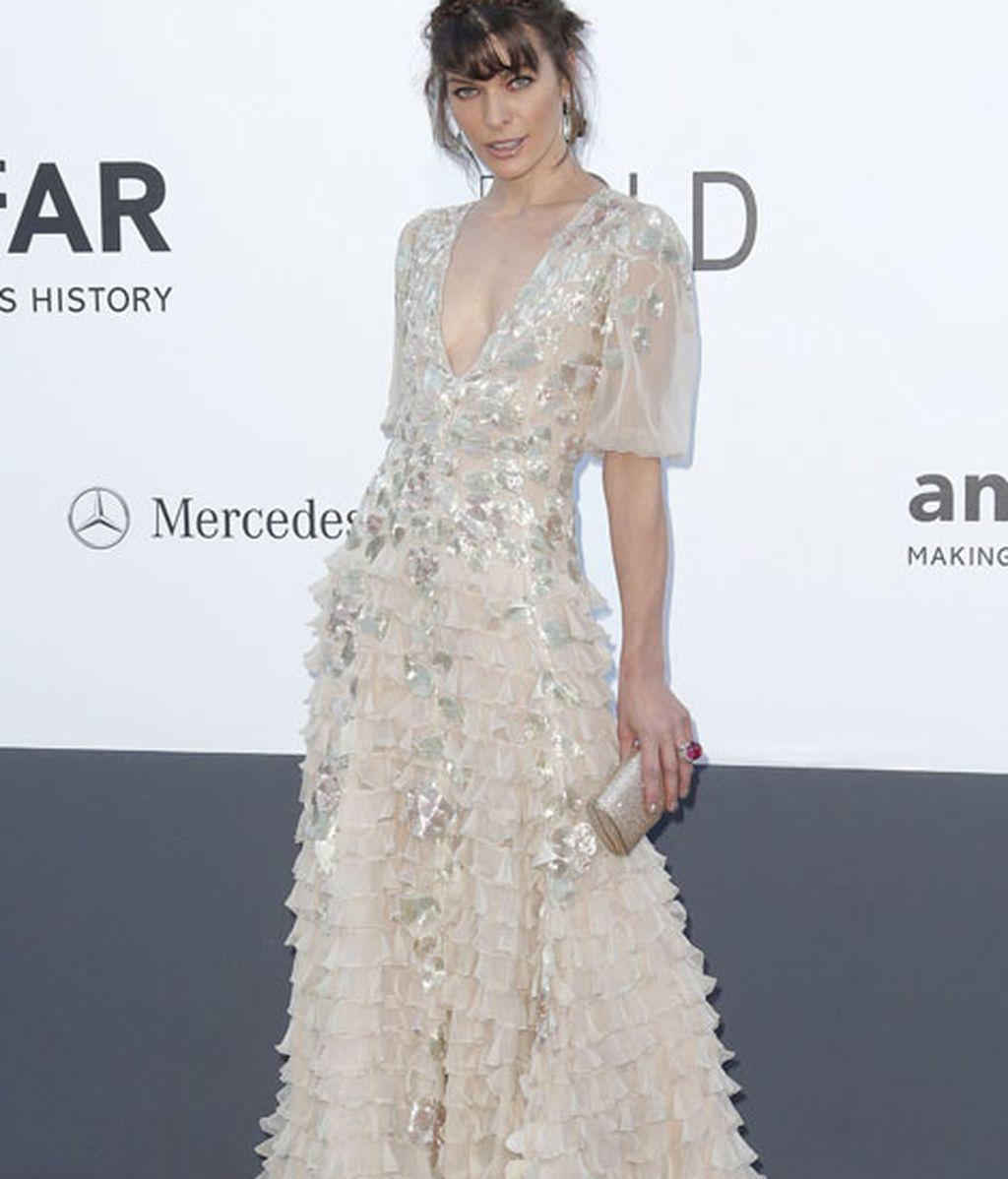 Milla Jovovich, lució un Valentino Couture con toques metalizados