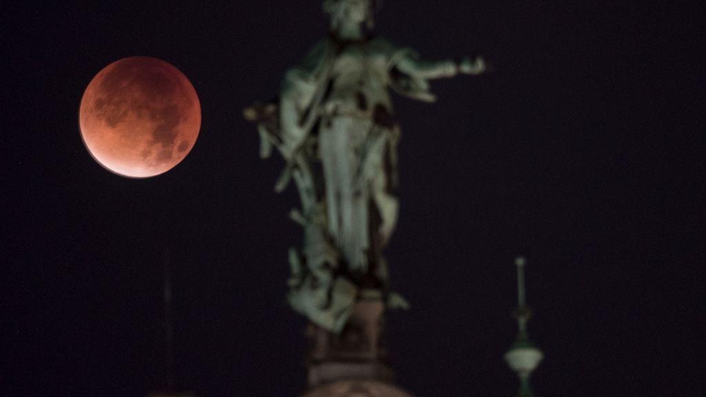 El eclipse lunar visto desde Hamburgo, Alemania