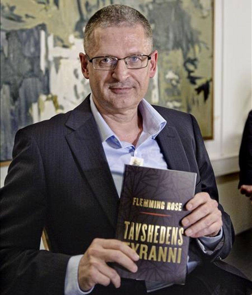 """Flemming Rose, redactor jefe de Cultura del periódico danés """"Jyllands-Posten"""" posa con su nuevo libro, """"Tavshedens tyranni"""" (La tiranía del silencio), durante una rueda de prensa en Politiken Hus, Copenhague (Dinamarca). EFE/Archivo"""
