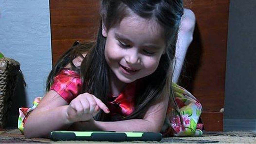 Una niña superdotada de 3 años aprende español con un iPad