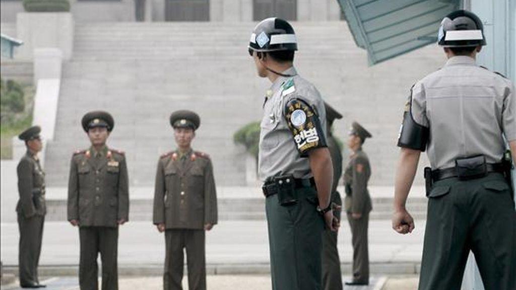 Soldados de Corea del Sur (dcha) frente a soldados norcoreanos en el pueblo fronteriazo de Panmunjom en la Línea de Demarcación de la Zona Desmilitarizada (DMZ). EFE/Archivo