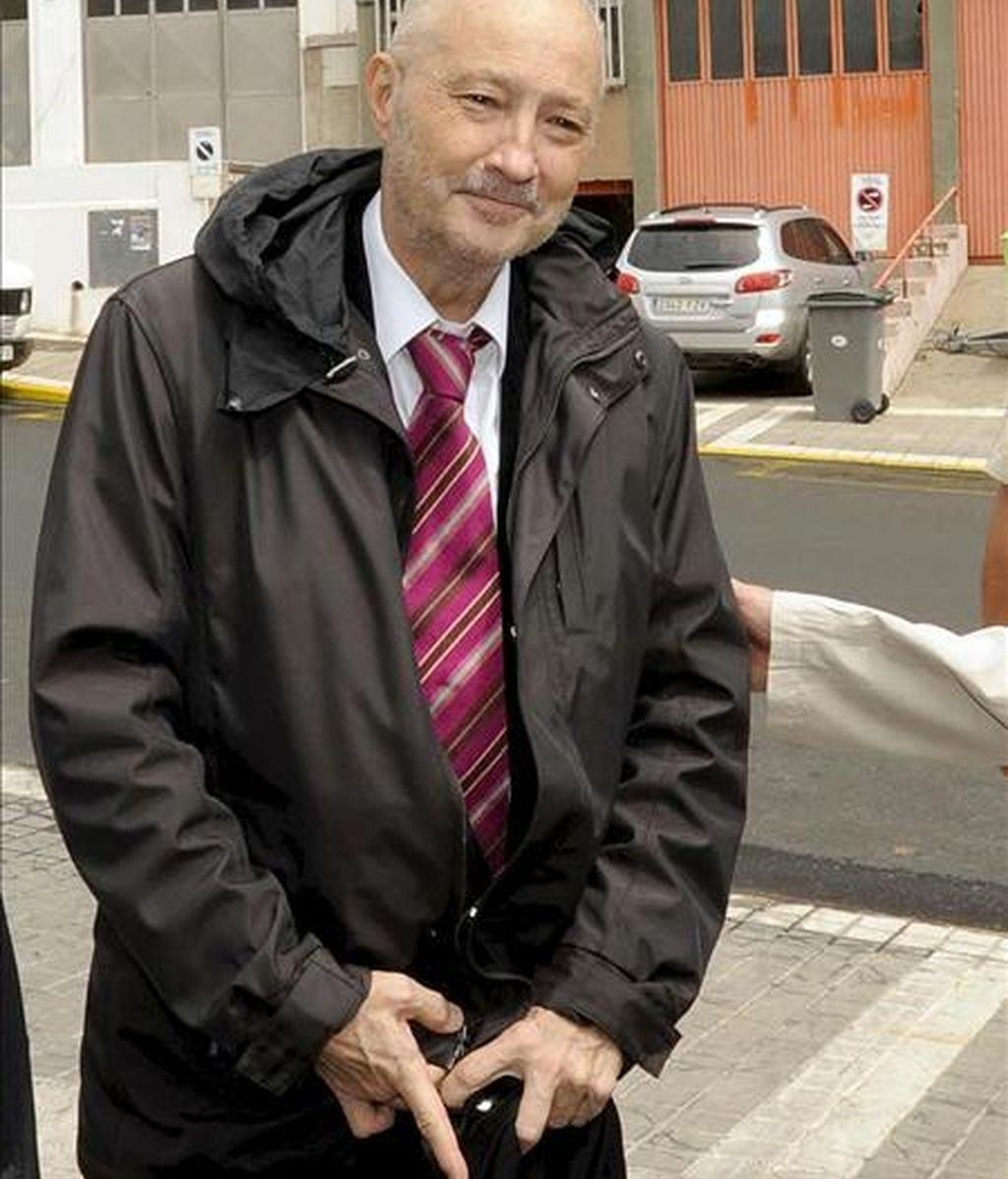 Imagen de archivo (14/06/2010), en su última aparición pública, del ex presidente del Gobierno de Canarias Adán Martín que falleció, a los 66 años de edad, en la madrugada de hoy en el Hospital Clínico de Barcelona, donde se encontraba ingresado desde el pasado verano para ser tratado del cáncer que padecía desde hace más de diez años. EFE